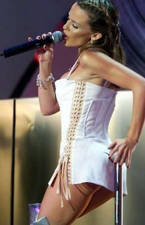 Kylie Minogue, 1.55'lik boyuyla neredeyse cücelikten çıkmış!
